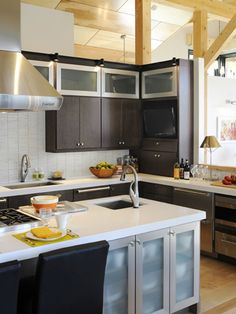 Step inside this modern, gray chef's kitchen at HGTV Dream Home complete with quartz countertops, a Cararra marble backsplash and an oversized kitchen island. Hgtv Kitchens, Black Kitchens, Small Cottage Kitchen, Home Decor Kitchen, Kitchen Ideas, Kitchen Inspiration, Semarang, Küchen Design, House Design