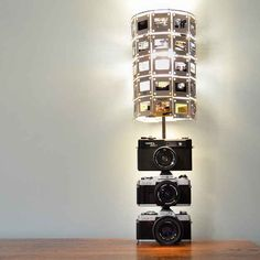 DIY: vintage camera lamp This is soooo cool. I must do this with my old cameras and slide pictures! Old Cameras, Vintage Cameras, Vintage Camera Decor, Gouts Et Couleurs, Diy Luz, Recycled Lamp, Make A Lamp, Vintage Inspiriert, Diy Recycle