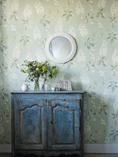 Sanderson Wallpaper - Chestnut Tree ( 225513) Chestnut Tree depicts trails of horse chestnut blossom and, thanks to it's large scale design, is perfect for curtains and upholstery. Although available in a more vivid Coral and Bayleaf colourway, we love the calming effect of this Grey Blue and Sage design.