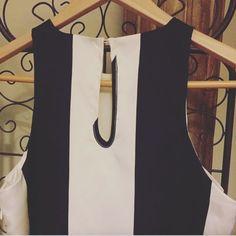 Un vestido chic, cómodo y muy versátil para una tarde con amigas...👌🏼😍 http://mistesorosentuarmar.wixsite.com/mistesoros/product-page/093c4975-8ca2-4793-fdc0-d8fc438cef56 Link in bio👆🏻 Contacta para reservas/compras ✍🏻️ en nuestro Facebook, Instagram o por correo en: mistesorosentuarmario@gmail.com  #mistesorosentuarmario #showroom #ventadesegundamano #renuevatucloset #renuevatuarmario #estilo #marinero #vestido