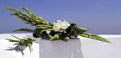 Thunderbolt - Flower arrangement with Zantedeschia, Gladiolus, Aspidistra, Galax and Bear grass. Zantedeschia, Corporate Flowers, Floral Arrangements, Flower Arrangement, Floral Design, Art Floral, Ikebana, Creative Inspiration, Grass