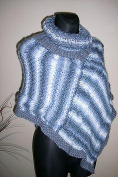 Pončo s copem Pletené pončo v modrých a šedých odstínech s rolákem. Výška od krku asi 60 cm