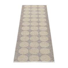 Hugo er etn stilrent jacquardvevd plastteppe med store prikker i tre linjer. Teppet er tofarget og vendbart med ett motsatt mønster på fram- og bakside. Et herlig teppe som passer til f.eks kjøkken, entré og dagligstue, fra Pappelina.