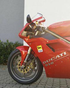 """DUCATI 916 😍.....mal schauen, ob ich mich traue im Frühling die Diva anzumelden.....😌.....oder doch einfach das schöne Stück """"sichern"""" ?… Ducati 916, Ducati Superbike, Scrambler, Cafe Racer, Motorcycles, Wheels, Instagram, Motorbikes, Simple"""