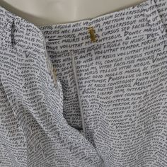 Super fine og feminine bukser fra Carin Wester med læg og fint mønster samt skrålommer.    Detaljer    - 100% Polyester