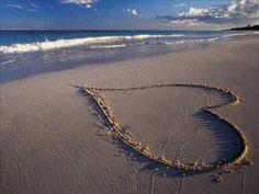 Purple love in the sand. Purple Love, All Things Purple, Pretty In Pink, Purple Hearts, Pretty Beach, Purple Rain, Elisa Lucinda, Young Love, You Draw