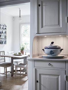 Rustic Kitchen, Kitchen Dining, Kitchen Cabinets, Sweden House, Mahogany Furniture, Loft Studio, Swedish Design, Kitchen Interior, Home Kitchens