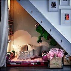 Lekhörna vid snedtak eller under trappan. #smålandsvillan #barnrum #inredning #inspiration #barnvänligt #barnsmart #barnsmartavillan #koja #lekhörna #trappa #DIY