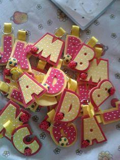 Mundo infantil 2º ano: Lembrancinha de volta as aulas- Chaveirinho com inicial do nome Kids Crafts, Foam Crafts, Diy Arts And Crafts, Paper Crafts, Paperclip Crafts, Pencil Toppers, School Decorations, Boutique Bows, Gift Wrapping