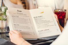 Speisekarten / Menue Design mit Typografie und Illustration in Pantone Gold für Peter Pane Burger Grill & Bar. Design by Redeleit und Junker | Fonts: Intro Rust, Intro Head, Boutique
