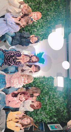 Japanese Girl Group, Pop Idol, Soyeon, The Wiz, Lock Screen Wallpaper, Kpop Groups, Fandom, Best Memes, First Photo