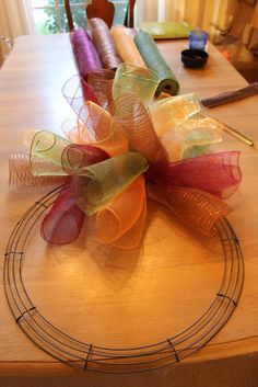Miss Kopy Kat: How To Make A Curly Deco Mesh Wreath. My next DIY craft is a deco mesh wreath. Cute Crafts, Fall Crafts, Crafts To Make, Holiday Crafts, Diy Crafts, Burlap Crafts, Wreath Crafts, Diy Wreath, Wreath Ideas