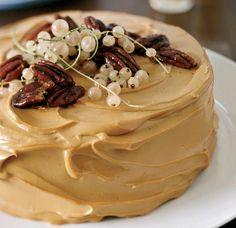 Pumpkin Cake with Caramel Cream Cheese Frosting: n this fun variation on traditional pumpkin pie, pumpkin cake spiced with ginger, cinnamon, nutmeg and cloves gets frosted with a slightly tangy, sup Food Cakes, Cupcake Cakes, Wine Recipes, Dessert Recipes, Frosting Recipes, Recipes Dinner, Caramel Frosting, Maple Frosting, Caramel Cupcakes