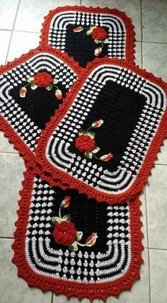 Crochet Kitchen Rug: Sets of Rugs and Walkthroughs Crochet Kitchen, Crochet Home, Love Crochet, Diy Crochet, Crochet Doilies, Kitchen Rug, Granny Square Crochet Pattern, Crochet Poncho, Doily Patterns