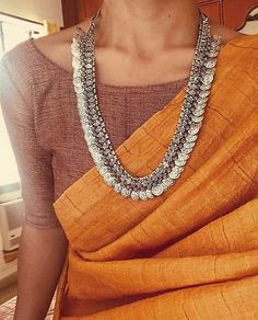 Saree and jewellery ispirations.By Mergazhi and Parade jewellers – bestlooks - Saree Styles Saree Blouse Patterns, Sari Blouse Designs, Dress Patterns, Trendy Sarees, Stylish Sarees, Indian Look, Indian Ethnic, Indian Wear, Saree Jewellery
