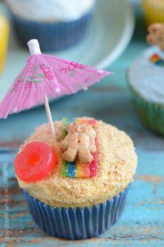 summer beach party cupcakes with teddy bear on candy blanket and umbrella - Lecker Schmecker - Birthday Beach Cupcakes, Summer Themed Cupcakes, Hawaiian Cupcakes, Kid Cupcakes, Teddy Graham Cupcakes, Teddy Bear Cupcakes, Tropical Cupcakes, Decorated Cupcakes, Lemon Cupcakes
