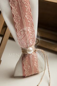 Μπομπονιέρα γάμου τούλινη σε vintage ύφος με δαντέλα και πέρλα