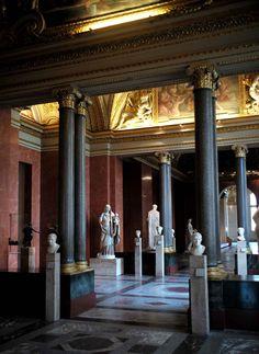 Les textes de l'ouvrage sont signés Geneviève Bresc-Bautier, directrice du département des Sculptures du musée du Louvre et initiatrice de l...