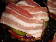 Nem vagyok mesterszakács: Fűszeres frissen sült karaj, lila és póréhagymával, zöldpaprikával, paradicsommal, bacon szalonnával, és vegyes sajttal sütve Bacon, Pork, Kale Stir Fry, Pork Chops, Pork Belly