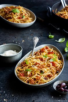 Spaghetti al tonno wie in Italien! Köstliche und super schnell gemachte Spaghetti mit Thunfisch.