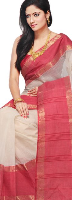 Bengal handloom cotton saree teamed with gold necklace.