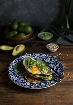 Crispy fried egg on avo toast with mushrooms, spinach & pesto recipe #breakfast #recipe #brunch