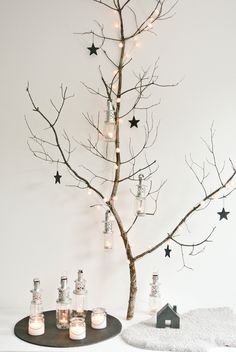 Do you love that rustic, country look, and want to add a bit of comfy, warmth to your Christmas decorating this year? Here we have a great list of cool rustic Christmas decorations that you can easily DIY. Noel Christmas, Scandinavian Christmas, Rustic Christmas, Winter Christmas, Christmas Crafts, Christmas Design, Christmas Branches, Christmas Trimmings, Christmas Lanterns