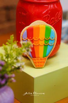 Detalhes de uma mesa linda e super colorida, com o tema balão. Ideal para chá de bebê e aniversário de 1 ano.  Está…
