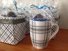 Caneca de cerâmica com 3 brigadeiros tradicionais embalados e presos com laçarote. <br>Acompanha embalagem em saco celofane, laçarote de cetim e tag. <br> <br>OBS: O modelo da caneca pode ser escolhido de acordo com o motivo da lembrança.