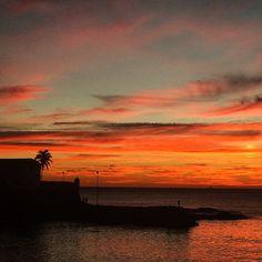 A Bahia tem o pôr do Sol mais lindo do universo e não foi atoa que Deus me fez nascer aqui, Brasil, Bahia, Salvador, Farol da Barra !! #Sunset #FarolDaBarra #Bahia #Brasil #PorDoSol #Salvador *-*