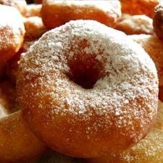 Удивительно нежные яблочные пончики! Если вам нравится вкус пончиков, предлагаю один любопытный рецепт - пончики с яблоками.