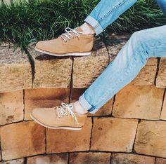 """Bota estilo desert boot, vegana, sem nenhum uso de materiais com origem animal. Ecológica, feito com matérias-primas recicladas (confira os detalhes na aba """"do que é feito""""). Super macia e com muita espuma, o que garante conforto para um dia inteiro de caminhada!Nossas formas e numerações seguem o padrão do mercado, ou seja, se você calça sempre 35, nosso 35 vai lhe servir com certeza.O frete é grátis para as regiões Sul, Sudeste e Centro-Oeste do Brasil, nas compras acima de R$ 185..."""