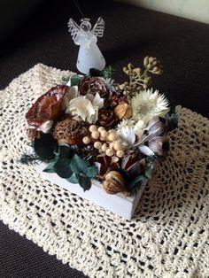 木箱の中に木の実やお花をアレンジしました。ユーカリやきのこの動きがユーモラスです*木の実とグリーンに合わせて白い花材を入れました。これから来る季節が楽しみにな...|ハンドメイド、手作り、手仕事品の通販・販売・購入ならCreema。