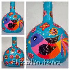 botella redonda pintada a mano con pajarito ,fondo con flores y maripositas.