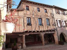 Castelnau de Montmiral (Tarn) - maison traditionnelle en briques avec pans de bois Beaux Villages, Houses, French, House Styles, Traditional House, Bricks, Woodwind Instrument, Homes, French People
