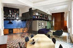 Distribución de concepto abierto con dormitorios en cabinas de madera. En Barcelona. Por Rocío Ley.