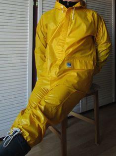 Helly Hansen Segeljacke Friesennerz Rubber Gummi PVC Mantel Raincoat Segelanzug | eBay Pvc Raincoat, Yellow Raincoat, Helly Hansen, Beaver Tails, Walking In The Rain, Rain Gear, Pvc Vinyl, Sexy Men, Rain Jacket