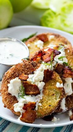 Fried Green Tomatoes with Buttermilk Feta Dressing Fried Green Tomatoes with Buttermilk Feta Dressing and Bacon friedgreentomatoes southern appetizer bacon via Spicy Southern Kitchen Green Tomato Recipes, Vegetable Recipes, Veggie Food, Healthy Appetizers, Appetizer Recipes, Bacon Appetizers, Southern Appetizers, Gourmet Recipes, Cooking Recipes
