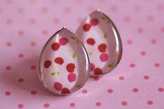 #D15 Handgemaakte oorstekers zilver druppelvorm met retro kersjes roze/rood en lichtroze achtergrond! €8,00