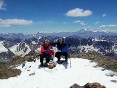 Cumbre Cerro Plata 6100 m. Al fondo el Aconcagua