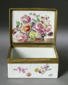 Snuffbox with Scattered Flowers, Meissen, c. 1760