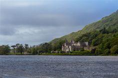 La abadía de Kylemore se asoma al lago, en un paisaje de cuento