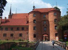 Zamek Biskupów Warmińskich w Lidzbarku Warmińskim. Zamek budowano w latach 1350-1401. Rozpoczęta budowa zamku w jego pierwotnym kształcie realizowana była przez biskupów, od Hermana z Pragi do Henryka Sorboma. Obecnie większość pomieszczeń zamkowych przeznaczonych jest do zwiedzania.