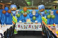 Mesa de postres de fiesta Pocoyo decir ado con globos metalizados de figura de Pocoyo #FiestaPocoyo