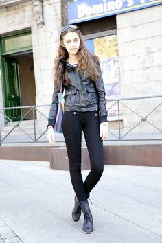 Mónica es de Rumanía y es modelo (proximente la podrás ver en una editorial en TELVA) y, por supuesto, lleva el uniforme de las modelos: de negro, leggings, cazadora de cuero y botas militares.