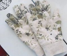 10-minute gardening glove?? Have to try this - looks super easy. Although I don't have any sweatshirts with flowers on them... #gardeninggloves  #GardenGloves