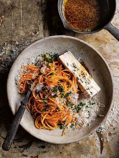 Würzige Gorgonzola-Kürbis-Pasta mit einer tollen Farbe serviert in einer grauen Schale. Eine wärmendes Gericht für kalte Herbsttage. Feine Pasta, würzigen Käse und vieles mehr findest Du online in unserem Shop: https://gegessenwirdimmer.de/