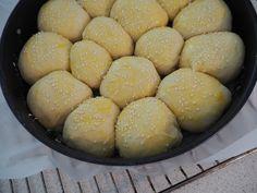Møllehjul af ostebomber med mozarella-pesto fyld | Opskrifter | Nanna Pretzmann Pretzel Bites, Pesto, Hamburger, Bread, Baking, Muffins, Passion, Food, Lava
