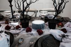elegant halloween decor Eerie cemeteries, lifeless tombstones and barren trees in hues of charcoal, black, and smoky gray transport you to a Halloween table from the graveyard. Halloween Graveyard, Chic Halloween, Halloween Inspo, Halloween Dinner, Halloween Home Decor, Halloween Birthday, Halloween House, Halloween Treats, Halloween Masquerade