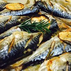 Fırında Biberiyeli Uskumru Tarifi için Malzemeler Uskumru ya da çupra 1-2 adet orta boy kuru soğan 1-2 adet limon 2-3 diş sarımsak (Ezilmiş olmasına gerek yok) Balığın say